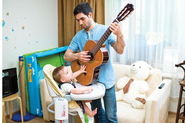 Давиду с детства прививают любовь к музыке. Папа Раед играет на гитаре, а мама поет