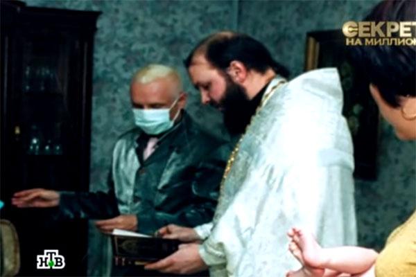 На крестинах певец был в марлевой маске