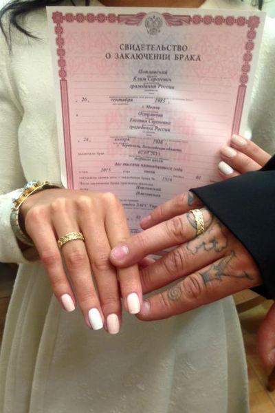 Влюбленные похвастались свидетельством о заключении брака и обручальными кольцами