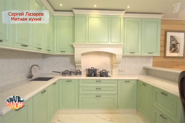 Кухня мятного цвета выполнена в стиле современной классики