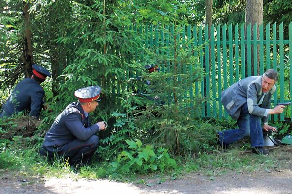 По сценарию в этом эпизоде преступник стреляет в героя Ефремова. Во время записи неудачно сработала пиротехника, и актер повредил палец