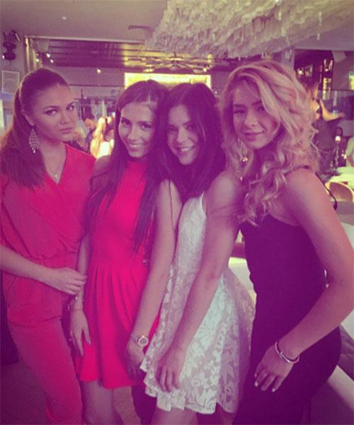 Аделина Сотникова с подругами во время вечеринки по случаю своего двадцатилетия