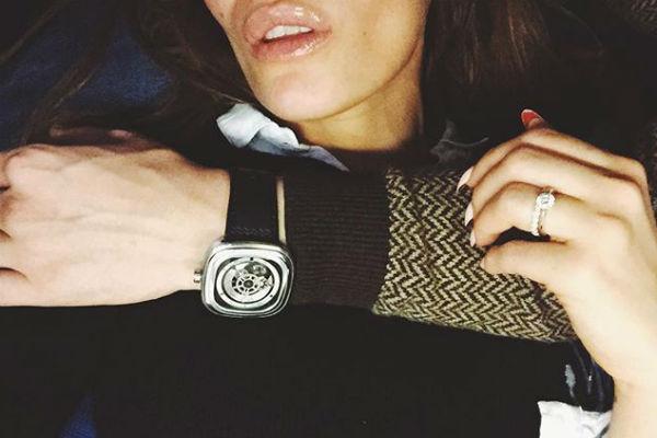 Ранее Алена хвасталась роскошным бриллиантовым кольцом, которое похоже на помолвочное