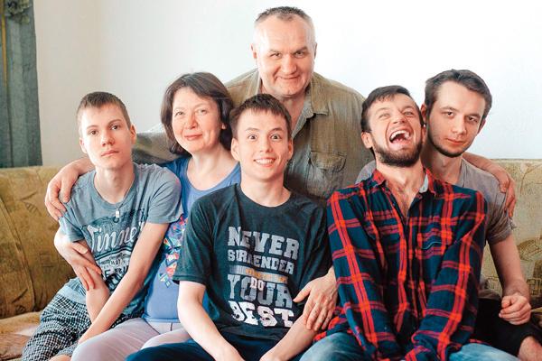 Семья Левачковых: Луиза, ее муж Владимир и сыновья Алексей, Руслан, Артур, Денис