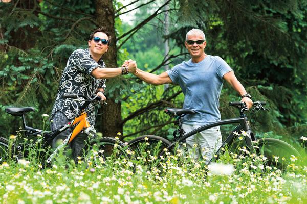 Олег и его старший сын Родион любят кататься на велосипедах в Серебряном Бору