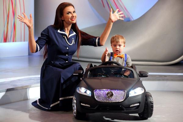 Мальчик осовил новый вид транспорта - крутой джип