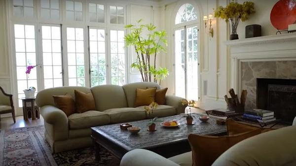 Комфортабельная гостиная с мягкими диванами