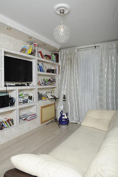 В гостиной Слава играет на Xbox