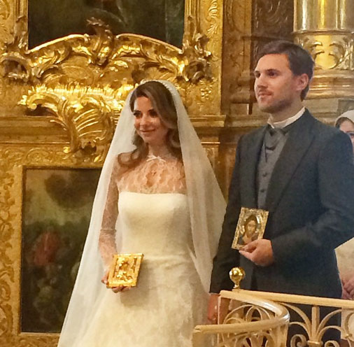 Молодожены с венчальными иконами