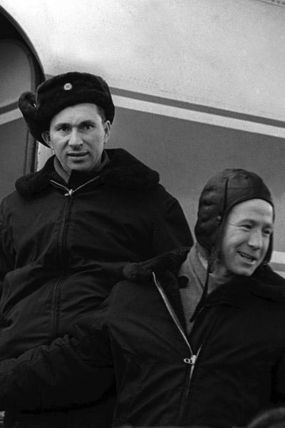 Павел Беляев и Алексей Леонов в 1965 году перед отлетом на космодром Байконур