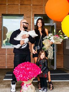 Джиган с женой Оксаной Самойловой и дочерьми Леей и Ариэлой
