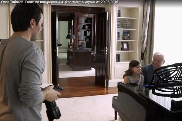 Отец и дочь любят музицировать вечерами за роялем