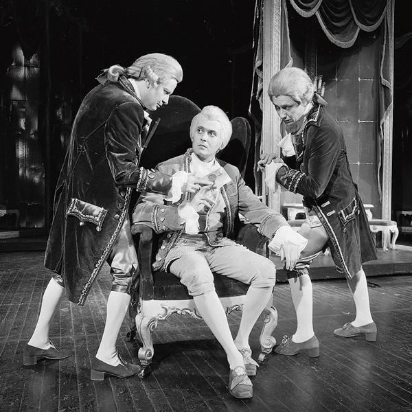 Роль Моцарта в спектакле «Амадеус» стала самой яркой в театральной карьере Стоянова (в центре), конец 80-х