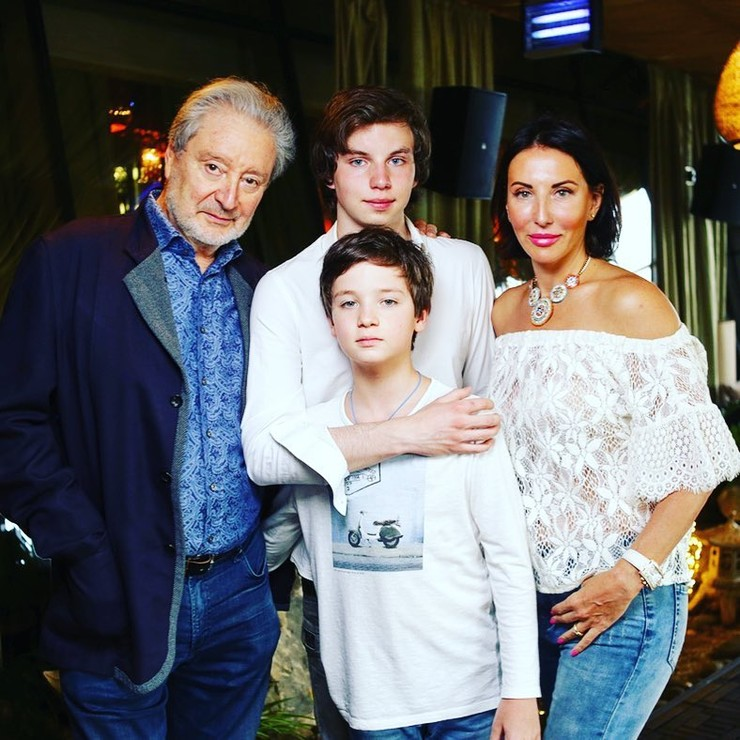 Алика со знаменитым папой и сыновьями