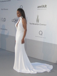 Певице очень пойдет белое платье