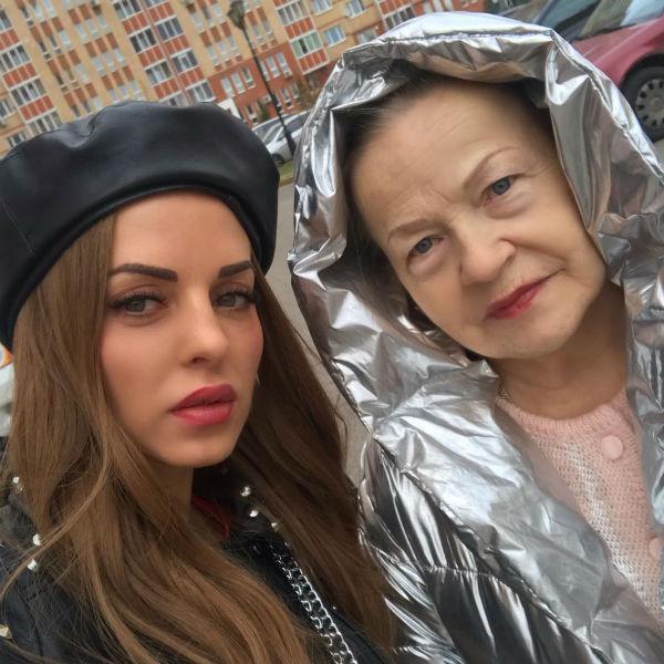 Юлия вместе с мамой