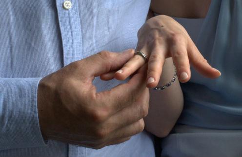 Сергей кольца принципиально не носит, а Юле он подарил изящное – с бриллиантами