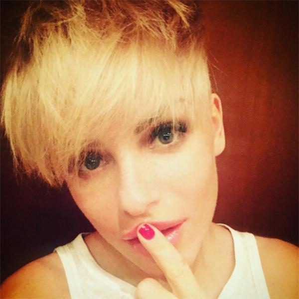 Светлые волосы придают 30-летней Юлии Волковой женственности