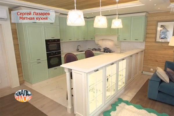 Особое место в кухне занимает барная стойка с деревянными колоннами и стеклянными витринами