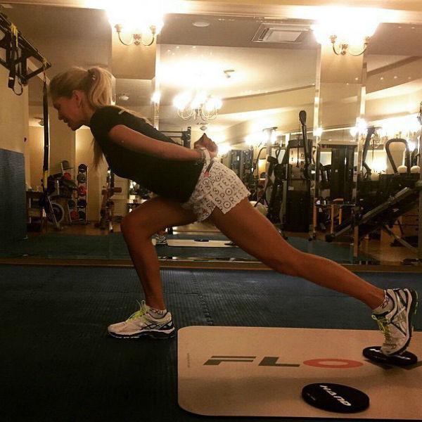 Чтобы быть в хорошей форме, Вера занимается спортом