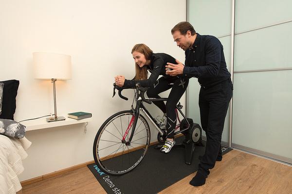 Алексей Морозов гоняет на велосипеде по однокомнатной квартире