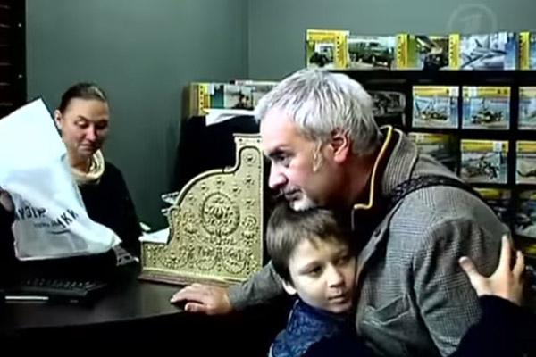 Для сына Кости  папа пример.  Валерий  воспитывает его  как настоящего  мужчину