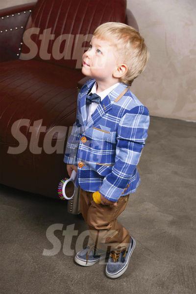 Любимые развлечения мальчика - гонять мяч и бить в барабаны