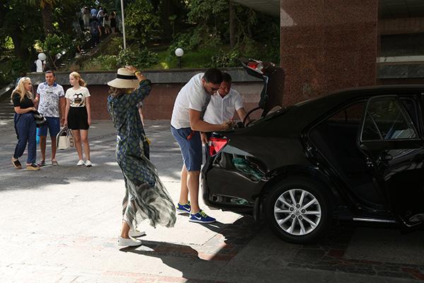 Максим Виторган встречал Ксению в аэропорту и выгружал ее багаж
