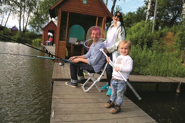 Во время рыбалки семья веселилась как могла
