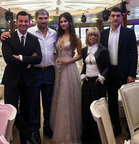 Овечкин и Шубская устроили ужин в одном из самых модных ресторанов Москвы