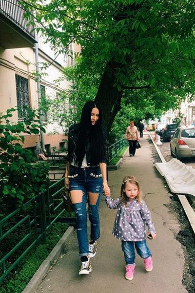 Элина любит гулять с дочкой Сашей