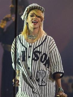 Певица Рианна во время выступления