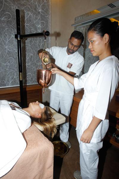 Специальная аюрведическая процедура для волос должна помочь Инне восстановить шикарные локоны