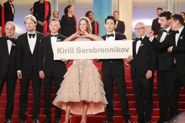 Съемочная группа поддержала режиссера на красной дорожке