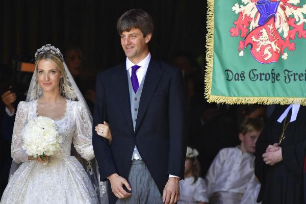 Влюбленные сыграли роскошную свадьбу, пригласив на нее несколько сотен гостей
