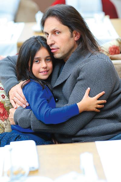 У отца и дочери есть традиция – ходить вдвоем в кино