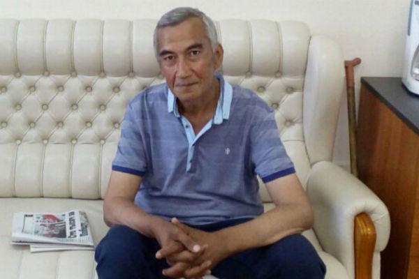 Сегодня таджикский писатель и философ даже иногда улыбается