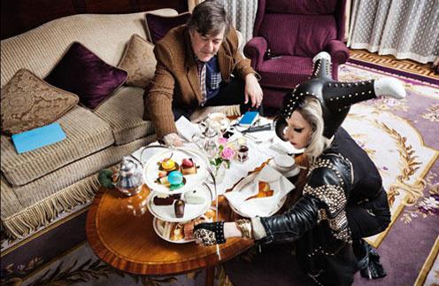 Стивен и Леди ГаГа пьют чай со сладостями
