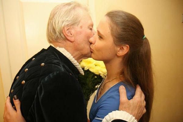 Наталья часто поддерживает мужа во время его выступлений в театре