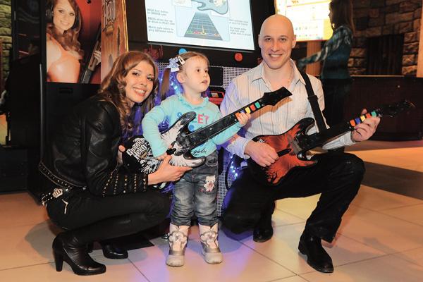 Дочь Майдановых Влада играет на фортепиано, скоро Денис отдаст ее еще и на уроки гитары