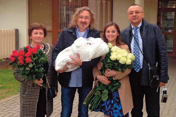 Певец смог прилететь в Америку лишь через несколько дней после рождения дочери (на фото с родителями Юлии Проскуряковой)
