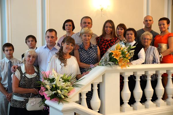 Поздравить молодоженов пришли родные и близкие