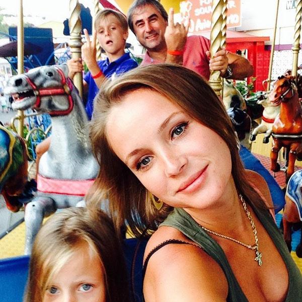 Анна и Александр Толмацкие с детьми на карусели