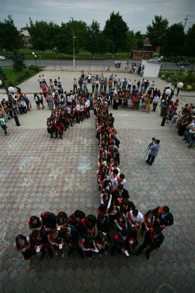Учителя и их подопечные выстраиваются цифрой 1 в память о погибших
