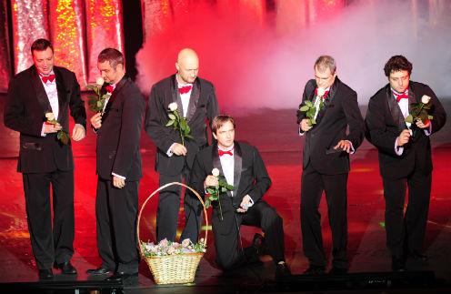 В финале на сцену вышли два актерских состава и разрушили настоящий трехметровый торт