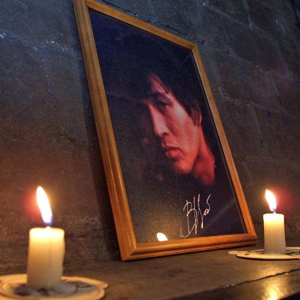 Каждый год поклонники несут свечи в музей-клуб котельную «Камчатка» в Санкт-Петербурге
