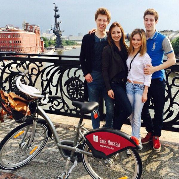 Квителашвили и Липницкая на прогулке с друзьями