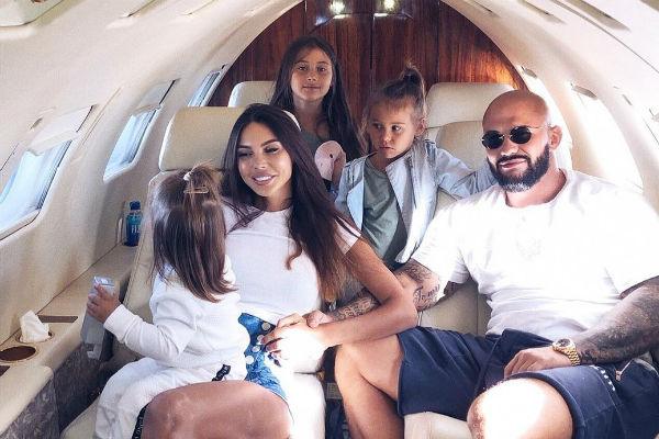 Супруги предпочитают путешествовать на частных самолетах