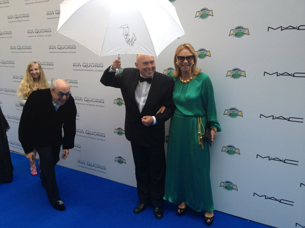 Виктор Сухоруков появился перед журналистами, держа в руках зонтик с автографом Олега Янковского