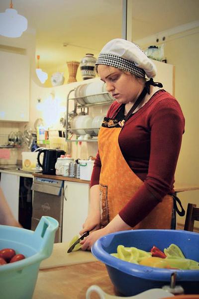 Юля трудится помощником повара, каждый день ездит на работу на троллейбусе